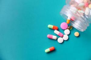 vue de dessus des pilules colorées se renversant sur fond vert