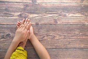 enfant tenant la main de la femme senior photo