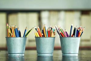 Close-up de crayons de couleur émoussés dans des seaux métalliques photo
