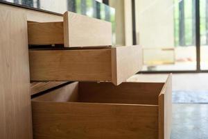 ouverture d'étagères en bois en cours d'installation à l'intérieur de la maison en construction photo