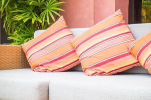 bel oreiller de luxe sur canapé photo