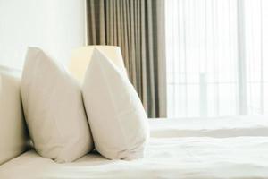 oreiller blanc sur le lit photo