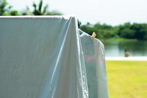 Gros plan de nombreux morceaux de chiffons suspendus avec pince à linge pour le séchage au soleil photo