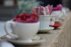 tasses à thé et fleurs dans une rangée photo