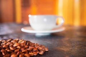 tasses à café et grains de café sur un fond en bois