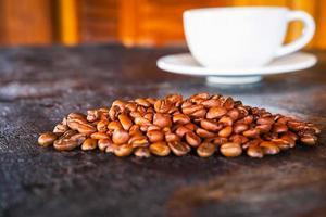 tasse à café et grains de café sur une table en bois