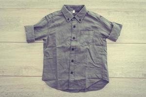 chemise sur fond en bois photo