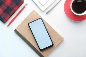 vue de dessus du téléphone intelligent et bloc-notes sur la table