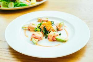 rouleau de thon avec salade d'avocat photo