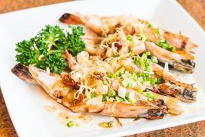 Crevettes grillées et steak de crevettes en assiette blanche photo