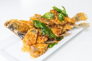 poisson frit avec sauce épicée photo