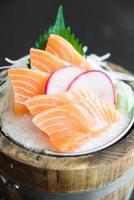 sashimi de saumon frais cru photo