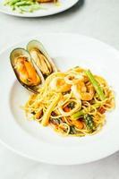 spaghetti et pâtes fruits de mer épicés photo