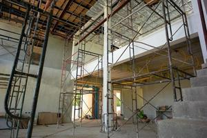 perspective à l'intérieur de la maison en construction avec installation d'isolant et d'électricité photo