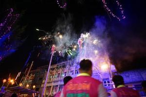 Ratchaburi, Thaïlande 17 janvier 2018 - Célébration du nouvel an chinois par la performance traditionnelle du lion avec des feux d'artifice sur la rue publique du centre-ville. photo