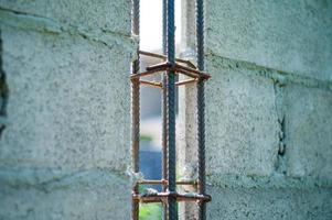 Acier de renfort gros plan dans la structure du mur de ciment en construction