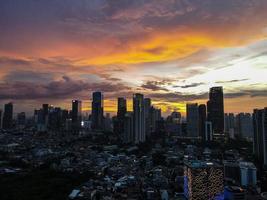 Jakarta, Indonésie 2021- vue aérienne du coucher du soleil dans les gratte-ciel de Jakarta photo