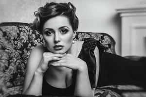 Modèle de jeune fille brune et actrice sur le canapé gros plan, noir et blanc