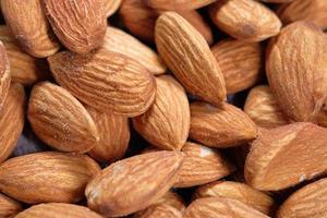 Close up de noix d'amande dans un bol photo