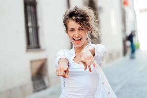 jeune fille marchant dans les vieilles rues de l'europe photo