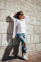jeune fille marchant sur les vieilles rues pologne photo