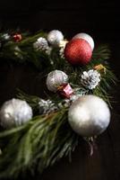 guirlande de noël de branches de sapin avec des décorations de noël photo