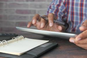 main de l'homme sworking sur tablette numérique