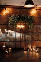 zone de cérémonie de mariage avec bois et métal rouillé photo