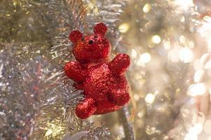 Résumé fond de lumières bokeh scintillantes avec ornement flou sur l'arbre de Noël argenté en premier plan photo