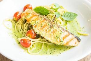 spaghetti au pesto de saumon photo