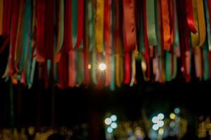 Résumé des rubans colorés défocalisés suspendus au toit pour la décoration lors de l'événement de célébration photo