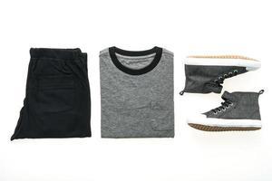 t-shirt avec pantalon et chaussures photo