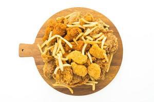 frites et poulet frit sur plaque en bois