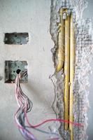 Texture abstraite et arrière-plan du système électrique sous isolation à l'intérieur du mur de béton photo