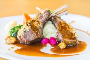 steak de viande d'agneau grillé photo