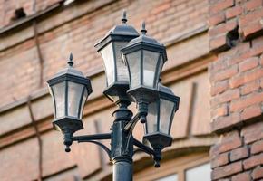 lanterne contre un mur de briques photo