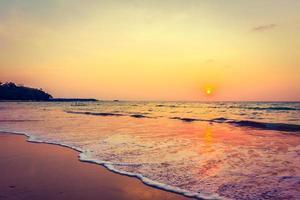 coucher de soleil sur la plage photo