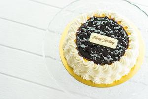 Gâteau au fromage aux myrtilles avec signe de joyeux anniversaire sur le dessus