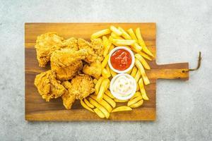 ailes de poulet frites avec frites et sauce tomate ou ketchup et mayonnaise