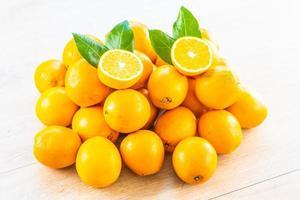 oranges fraîches sur la table
