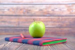 pomme sur le bloc-notes sur la table photo