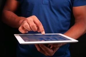 travaillant sur une tablette numérique