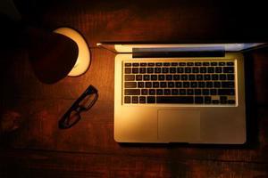 ordinateur portable avec lampe de table sur bureau