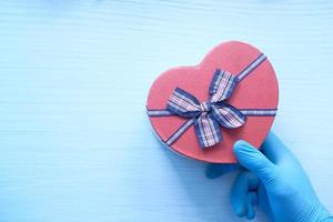 coffret cadeau en forme de coeur sur fond blanc photo