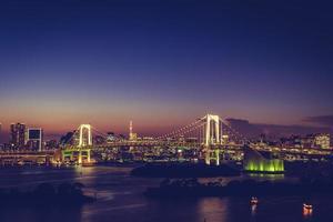 Paysage urbain de la ville de tokyo avec pont arc-en-ciel, japon