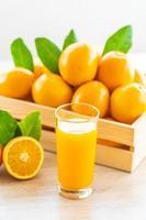 jus d'orange frais à boire dans un verre de bouteille