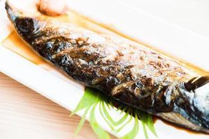 poisson saba grillé avec sauce sucrée noire photo