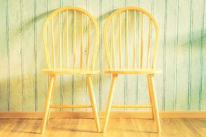 Chaise en bois vintage sur fond de bois