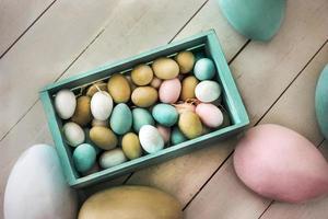 oeufs de pâques avec décorations photo