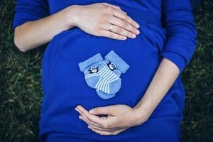 femme enceinte, à, chaussettes, sur, ventre photo